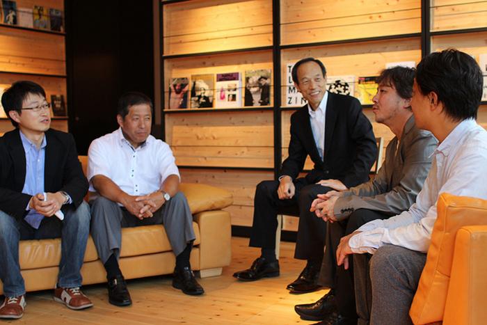 授与式のあとの懇談会の様子(左から牧、道上村長、武井区長、今野社長、北村社長)