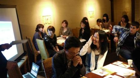 ワークショップの説明を受ける参加者たち