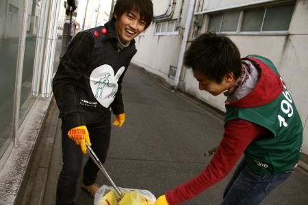 清掃活動をする辻本さん(写真左)