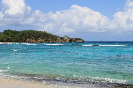 透き通る青い海と、輝く白い砂浜が広がるカリブ海。ひとたび原発 事故が起これば、この美しさも失われてしまう。
