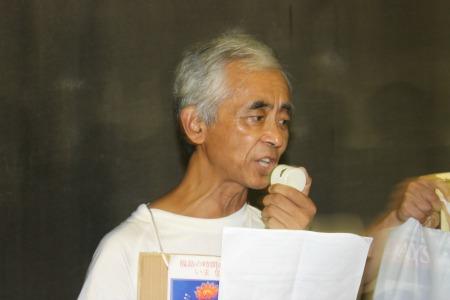 集団疎開を求める裁判への協力を呼びかける弁護士の柳原敏夫さん=8月17日国会議事堂前