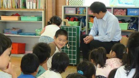 子どもたちにふれあい囲碁を教える安田泰敏さん(写真右)
