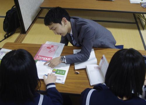 塾で高校生たちに勉強を教える