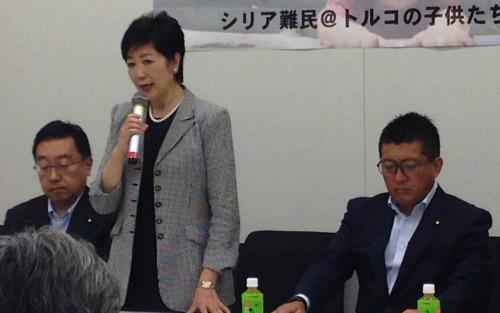 左から公明党上田勇議員、会長の小池百合子議員、自民党藤井比早之議員