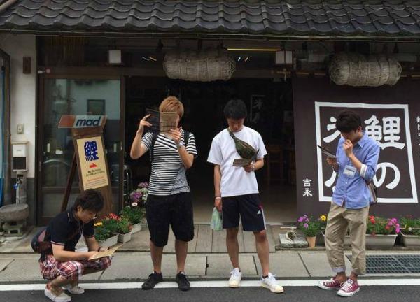 城下町・津和野町を散策する若者たち、課せられたミッションを読んでいる