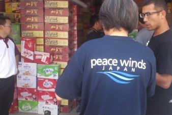 雲南省で物資の配布作業を行う