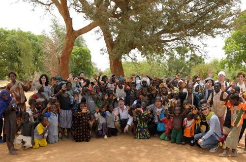 2011年にボルヴィック「1L for 10L」プログラムの支援先であるマリに訪問した小川部長代理(写真中央の白いシャツ)