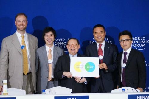 記者会見に出席した、テーブルフォーツーの小暮代表(写真右端)、ローソンの新浪剛史会長(右から2番目)、オイシックスの高島宏平社長(左から2番目)=世界経済フォーラム東アジア大会(マニラ)で