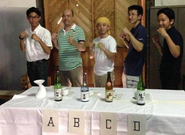きき酒に挑むミッションもある、写真左端が井上さん