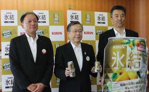佐藤知事(写真真ん中)に「キリン 氷結 和梨」の販売を継続することを 伝えた布施社長(左)と椎屋直孝福島支社長