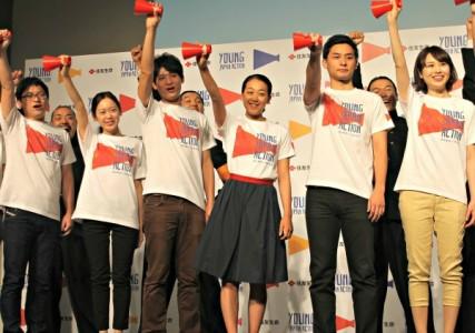 「ヤングジャパンアクション」プロジェクトリーダーに就任した浅田真央さん(中央)と住友生命の若手職員