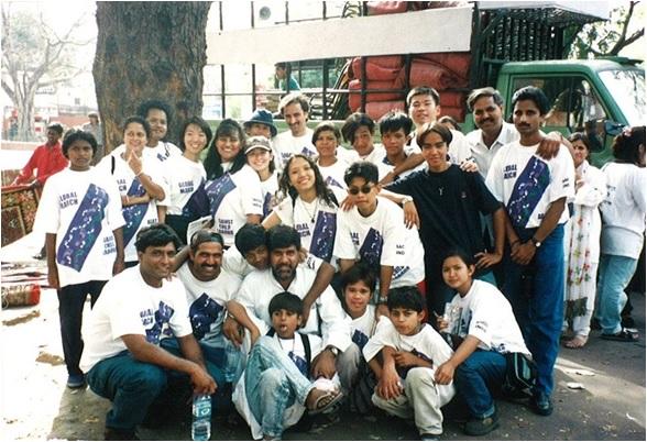 インドでのグローバルマーチでカイラシュさんと初めて出会った。写真真ん中がカイラシュさん、左後方に岩附代表