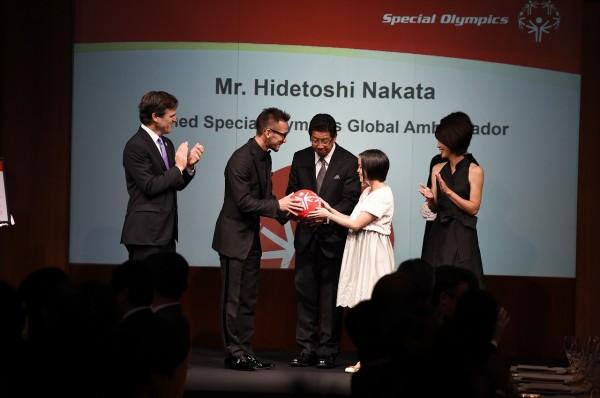 スペシャルオリンピックス日本アスリートの小原愛美氏から、レッドボールを受け取る中田氏。レッドボールは、知的障がいのある人とない人が、一緒にチームメイトとして楽しむ「ユニファイドスポーツ」の象徴