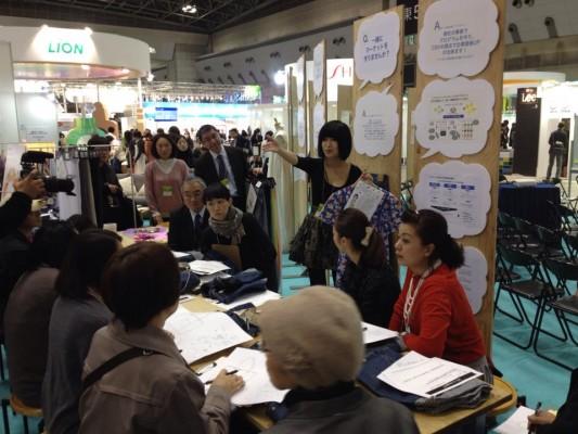 オーバー・ザ・レインボーの佐野代表によるワークショップの様子=12月11日、東京ビックサイト