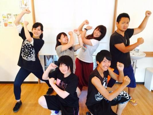 SETのメンバーらと写る上田さん(写真奥、右から2番目)