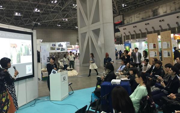 トークショーに出演した生駒芳子さん(左)と竹村伊央さん=12月11日、東京ビックサイト