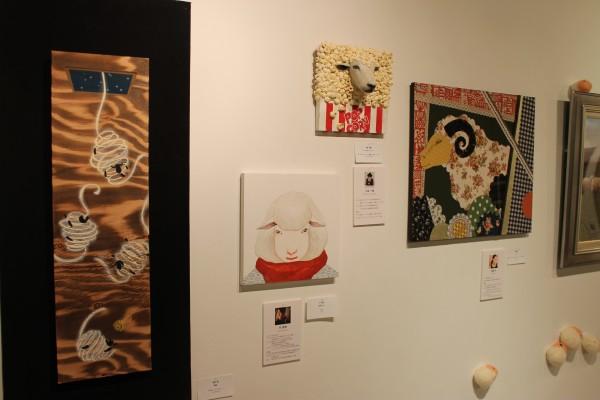 会場には、さまざまなジャンルの若手アーティストが描いた作品が飾られている