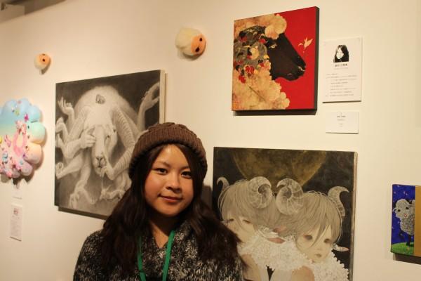 生命を表現した島田さんと作品(島田さんの右上)