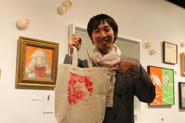 菊池さんの作品は、来場者に抽選でプレゼントされるエコバックの柄にも選ばれた *伊藤忠青山アートスクエアと伊勢丹新宿店でスタンプラリーを行っており、両会場に訪れた抽選で50人にエコバックをプレゼント