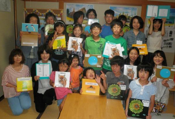 「東南アジアに絵本を贈ろうプロジェクトin東北」で、カンボジアの子どもに絵本を贈る子どもたち