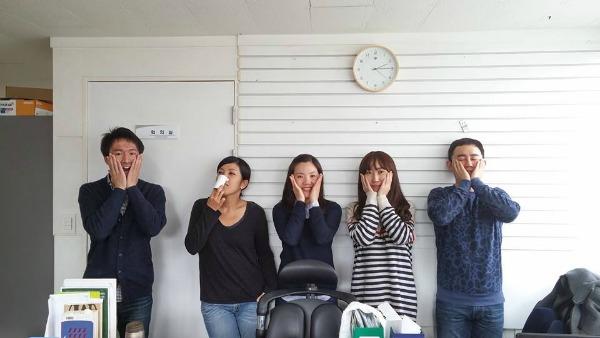 社員と一緒に写る半澤さん(写真左端)