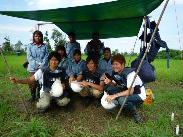 カンボジアの地雷原で、写真手前右が青山氏