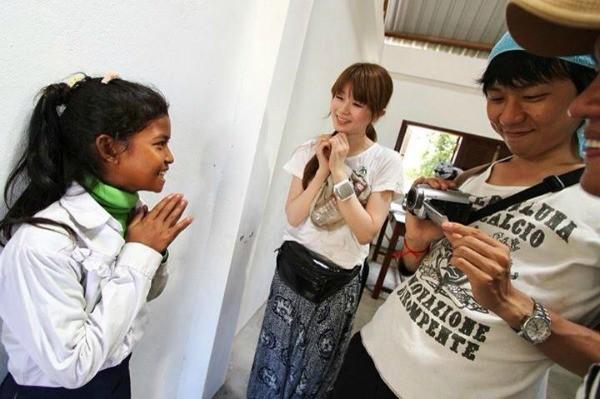 カンボジアに映画を届ける教来石さん(写真真ん中)