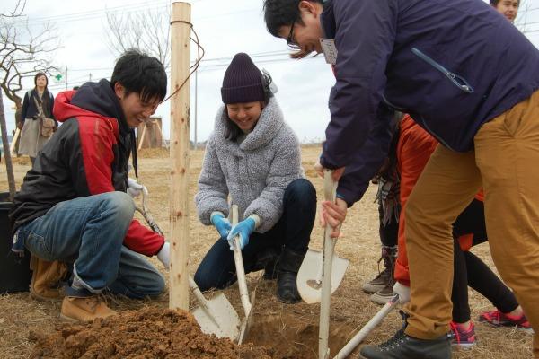 植樹活動をする浅田真央さんと学生ら
