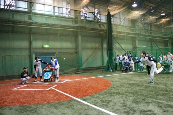 バッティング練習の様子、参加した子どもたちはバットに当てて1塁まで走った