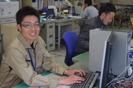 津和野で農林課職員と写る小林さん