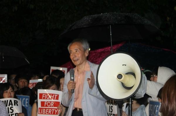 若者に囲まれスピーチした樋口氏=6月19日夜、国会議事堂前で