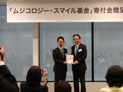 受賞団体の代表と映る船木社長