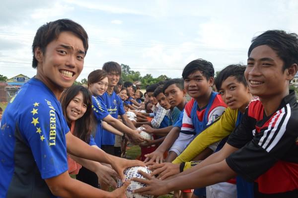 学生団体WorlfFutでは、サッカーを通してカンボジアの子どもたちと交流する