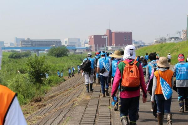鶴見川の清掃をするため、休日の朝に100人が集まった