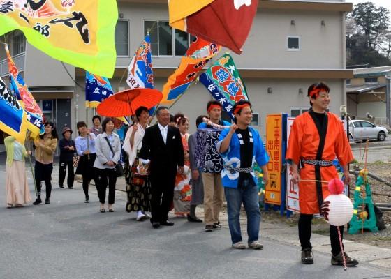 2014年5月には、美帆さんと結婚。大漁旗を掲げながら町を歩いた