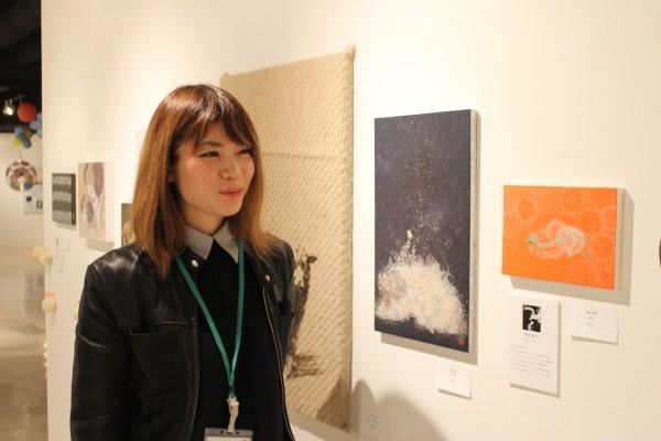 羊をテーマにした展示会では、35歳以下の100人超の若手作家が参加。会期中は若手作家がギャラリーにいて、自分の作品について説明した=2014年12月