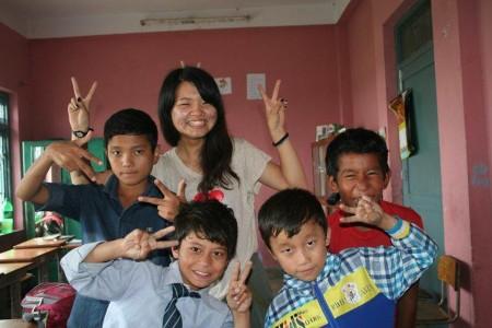 訪れた被災地ダルマスタリ村の小学校の寄宿舎に住む子どもたちと