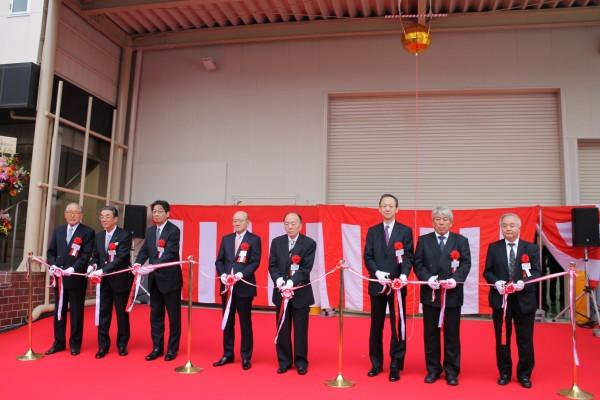 竣工式でのテープカット、中央左が伊藤忠商事の岡藤正広社長、右が伊藤忠ユニダスの萩原社長