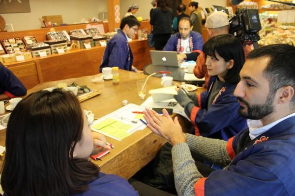 日本の煎餅を海外向けに販売していくには、どうすればよいのか、外国人留学生で話し合った