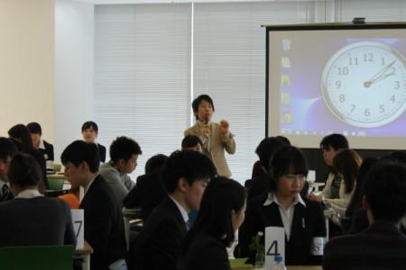 学生と企業担当者が情報開示について話し合った。枝廣淳子教授が趣旨を説明=2月17日、東京都市大学二子玉川キャンパスで