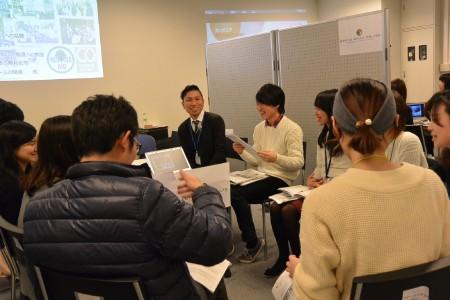 『饒舌(おしゃべり)会』の名の通り、学生と社会人との距離が近かった=大阪市住之江区