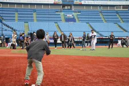 元東京ヤクルトスワローズの熊田さんからノックを受ける子どもたち