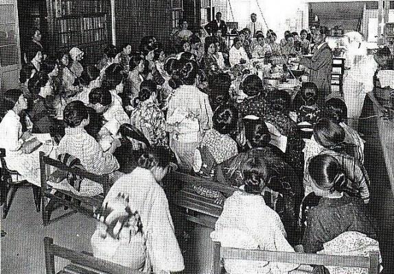 協同組合の運動は創世期から女性が活躍した、写真は「家庭会」
