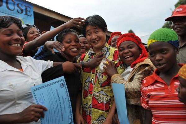 女性の社会復帰を支援する。中央が小川さん