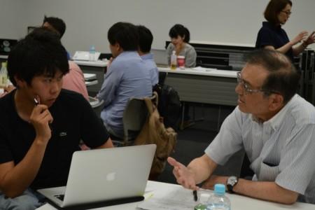 講師がNPO幹部に密着指導、(右)は講師の中野昭男氏と受講生の伊藤氏