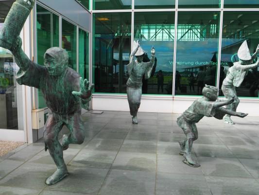 玄関口である空港では徳島県の伝統阿波踊りの銅像が観光客を出迎える