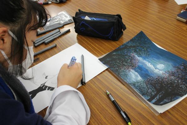 幻想的な情景を描く生徒も、高校生と連携して百人一首を電子化する取り組みは日本で初めて