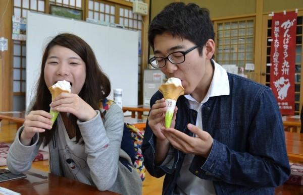 ここでもソフトクリームを食べました。一緒に行った木村くんもウットリ