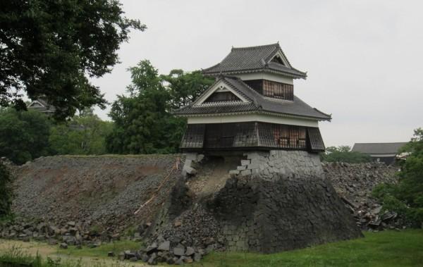 城内では至る所で石垣が崩れていました