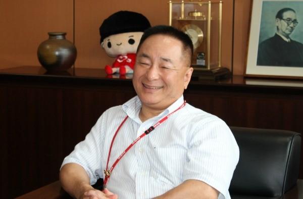 2人の対談を見守るように、木田専務理事の後ろには、賀川豊彦氏の写真が